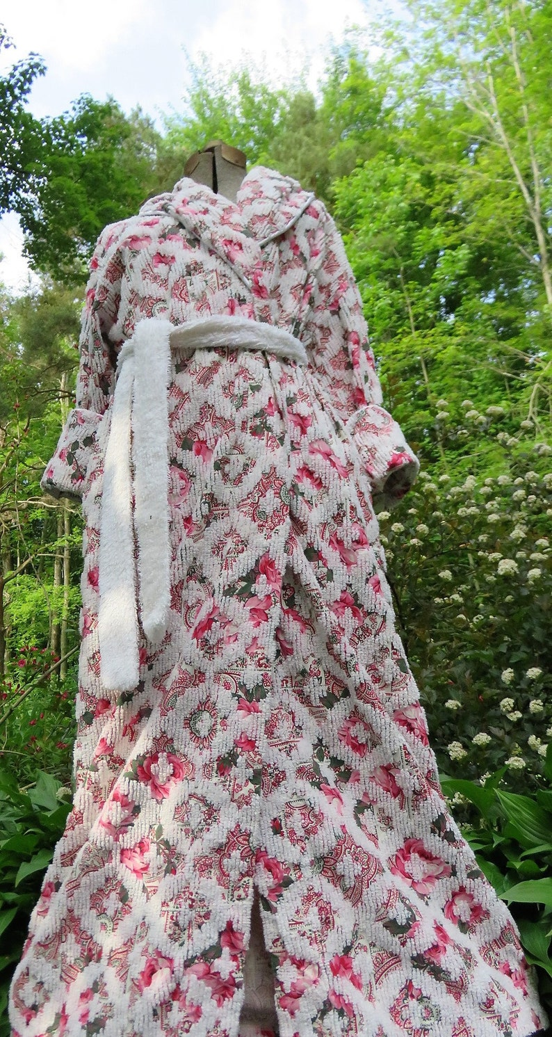 9c3eb39ed6 Loaded with Brilliant Bright Red Garden Roses Accented by Geometric White  Chenille on this Lovely Vintage Robe