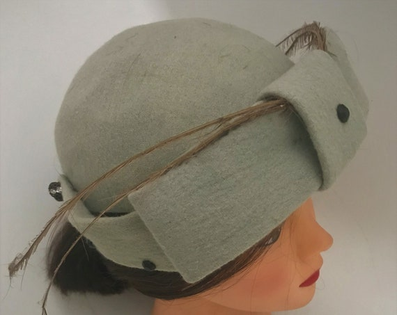 "Vintage ""Paula""Sage green linen unique women's pillbox with front flat bow, 2 thin accent feathers in front with black dot accents"