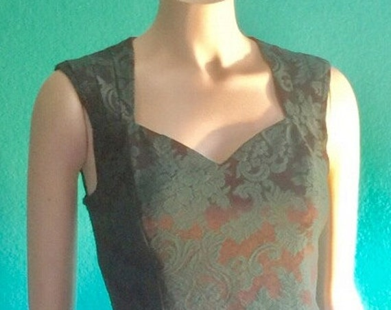 70's Hunter green with accents of brown .Form fitting sleeveless below the knee sweetheart neckline. Peek a boo back. Medium