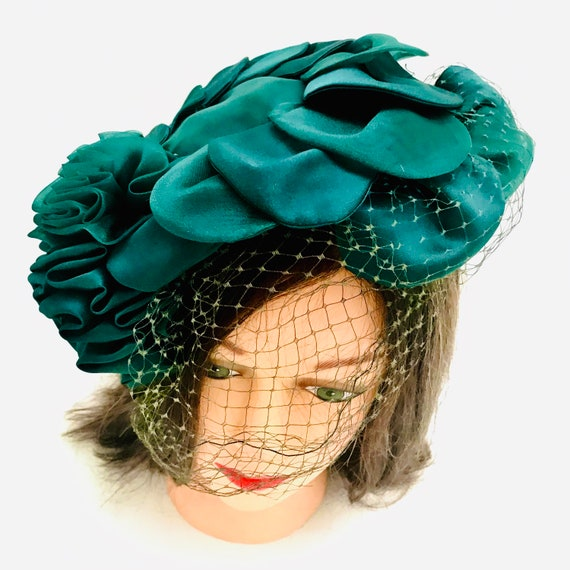1940's women's emerald green satin Calot,Curvette, tilted,veiled hat. One size fits all.