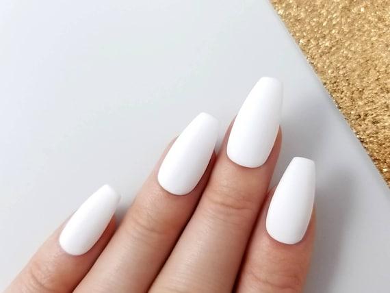 presse blanc mat sur les ongles faux ongles de manucure. Black Bedroom Furniture Sets. Home Design Ideas