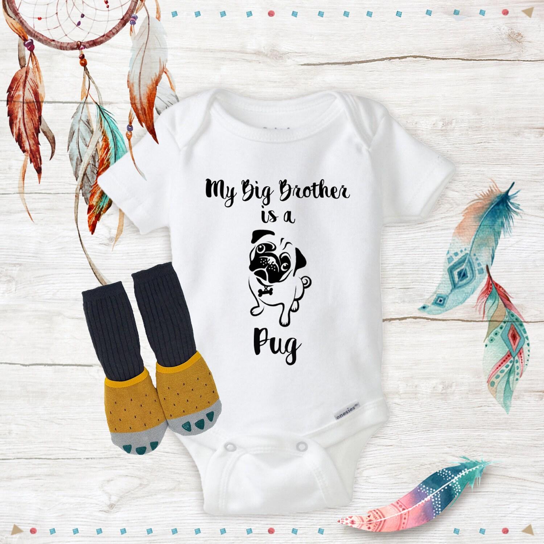 Mon Pug grand frère est un Pug Mon Bodies avec des chaussettes jaunes drôle Bodies bébé douche ensemble nouveau-né vêtements bébé vêtements en ligne bébé cadeau cadeaux 6a798c