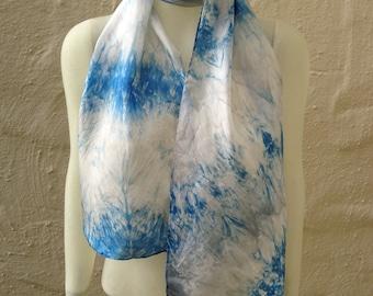 689d939b7691 Foulard en soie en bleu, gris et blanc à la main 11