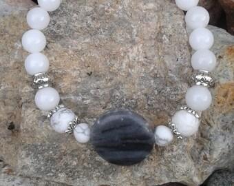 56) Bracelet en Jade blanc, howlite  et agate grise - meditation - yoga -