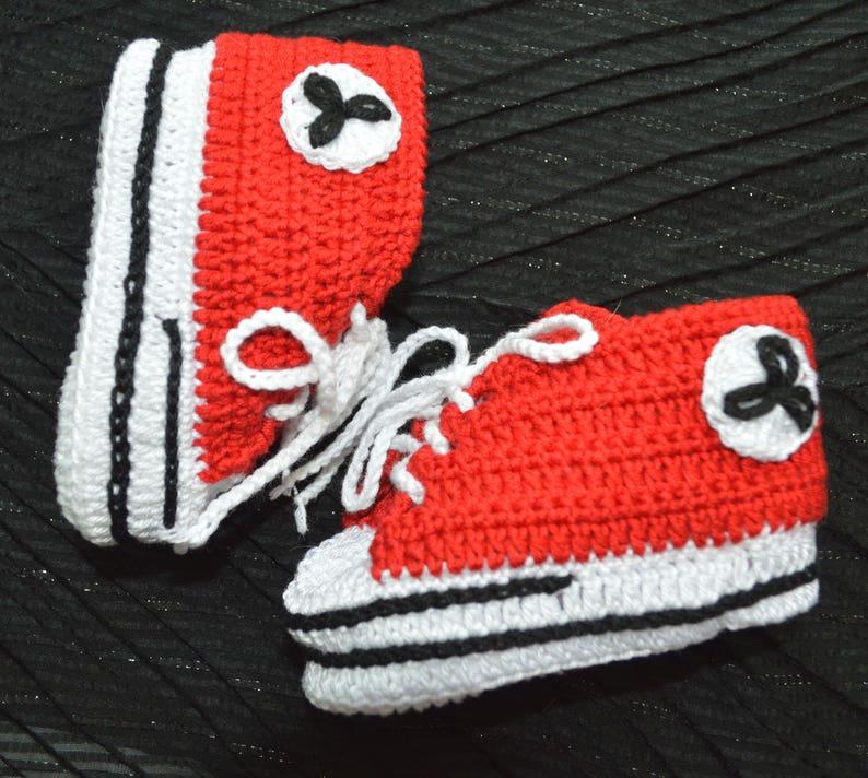 53a9dcb3 Botitas de bebé rojo zapatos de bebé del ganchillo Converse | Etsy