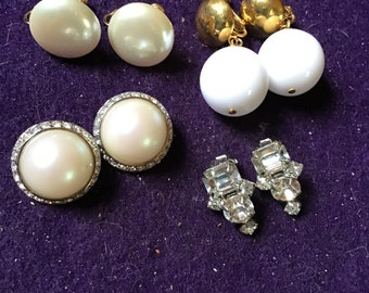 Splendid brooch and gold metal earrings with faux round and oval beads. De Richelieu