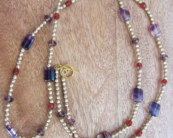 Attractive chain in gold, violet and rust