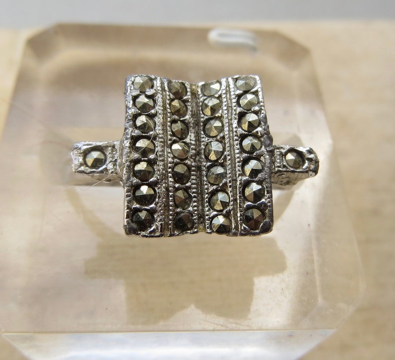 Vintage ART DECO marcasites and silver metal expandible adjustable ring sparkling stones in a geometric setting
