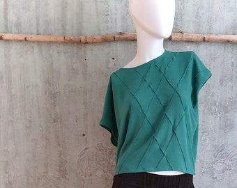 green top with cut sleeves, made of viscose crepe, loose top with biesen, diamond pattern on the front, boxy shape