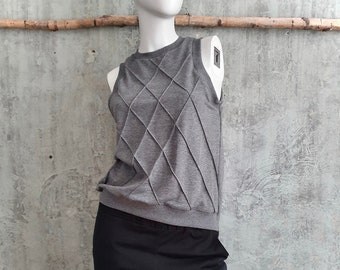 sleeveless grey mottled sweater made of French Terry, grey sweater with sewn-in diamond pattern, cut close to the neck, light sweat fabric