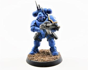 Space UltraMarine Infiltrator Battle Brother with  bolt carbine, bolt pistol - WarHammer 40K - Miniatures Games Workshop (107-04)