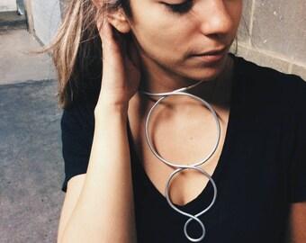 Collar grande de varilla plateada | Silver necklace | Circulos plateados | Statement tribal jewellery | Joyeria moderna escote | Avant Garde
