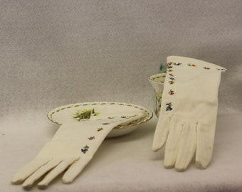 Dainty Vintage colored embroidered gloves with flowers.