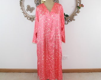 Designer Lingerie. Scaasi Caftan size 1X in bright pink giraffe print.  Designer lounge wear plus size, Dressing gown, nightgown, lingerie.