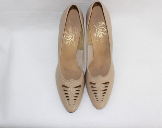Women's Leather Tan Shoes in Size 8 AA Narrow width with cut out toe details.  Vintage Leather Pumps size 8 Narrow width.