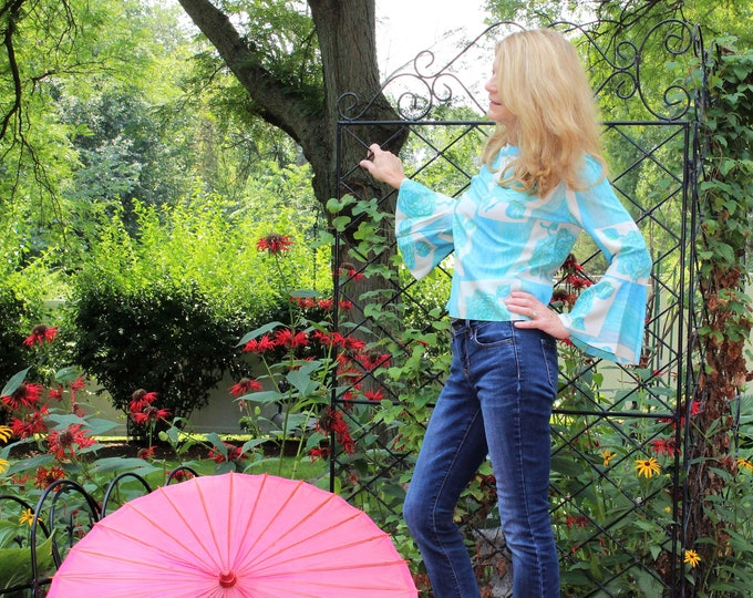 Women's blue Top Boho Style.  Vintage 1970's MOD Blue Floral Top with Bell Sleeves. Hippie Chic blouse in Size Small.