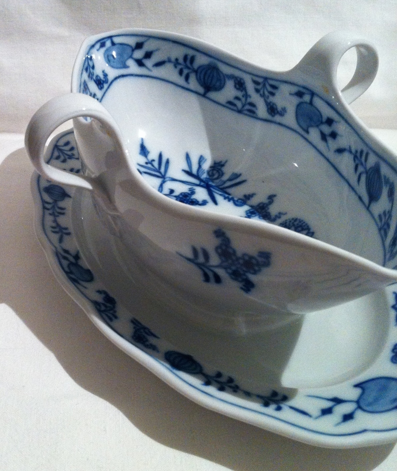 No damages what so ever. large and rare sauce boat Onion Blue in condition like new Lovely Meissen porcelain Germany Real Meissen