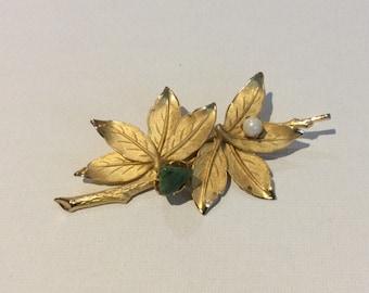 Pretty Gold Tone Leaf Brooch