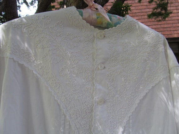 VICTORIAN NIGHTGOWN or Dressing Robe. CA 1860s. Ha