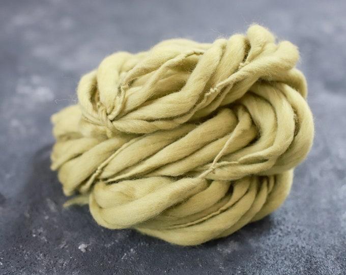 Merino Wolle handgesponnen, dick und dünn grün