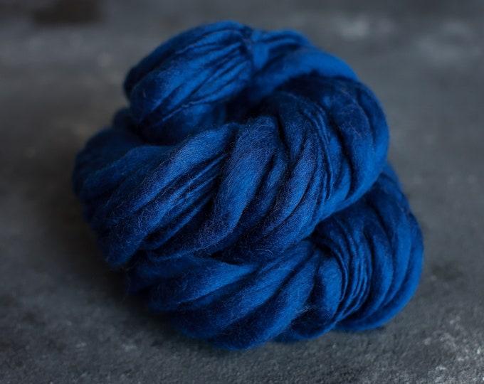 Merino Wolle handgesponnen, dick und dünn dunkel blau