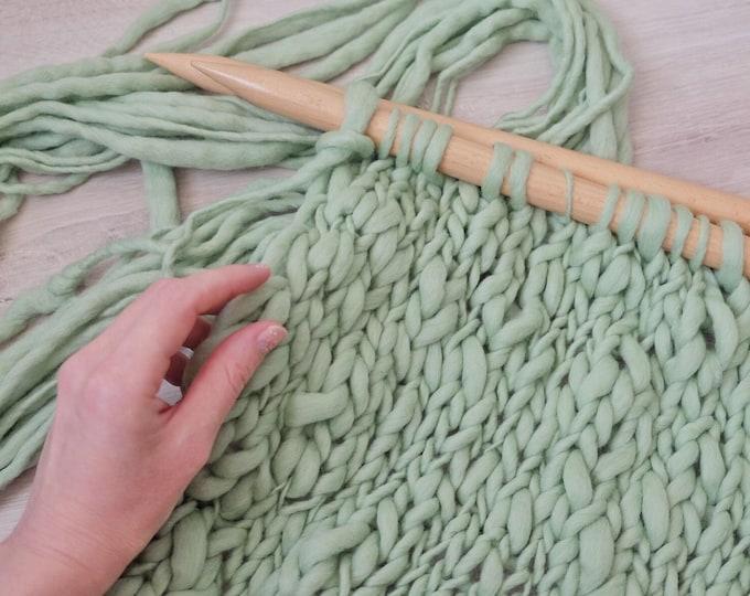 Merino Wolle handgesponnen,  dick und dünn,  lindgrün