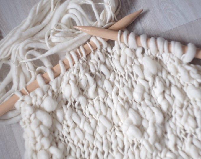 Handgesponnene Merino Wolle, dick und dünn naturweiß