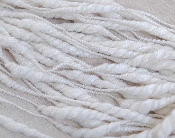 Garn handgesponnen, Merino Seide, dick und dünn, naturweiß