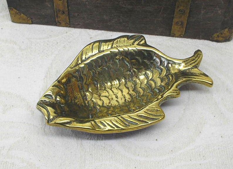 969316fe15 Plat de poisson en laiton support de bague bijou broche de | Etsy