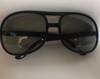 Vintage 1970's Navy Blue Frames Polaroid Sun Glasses 8722 Made In France