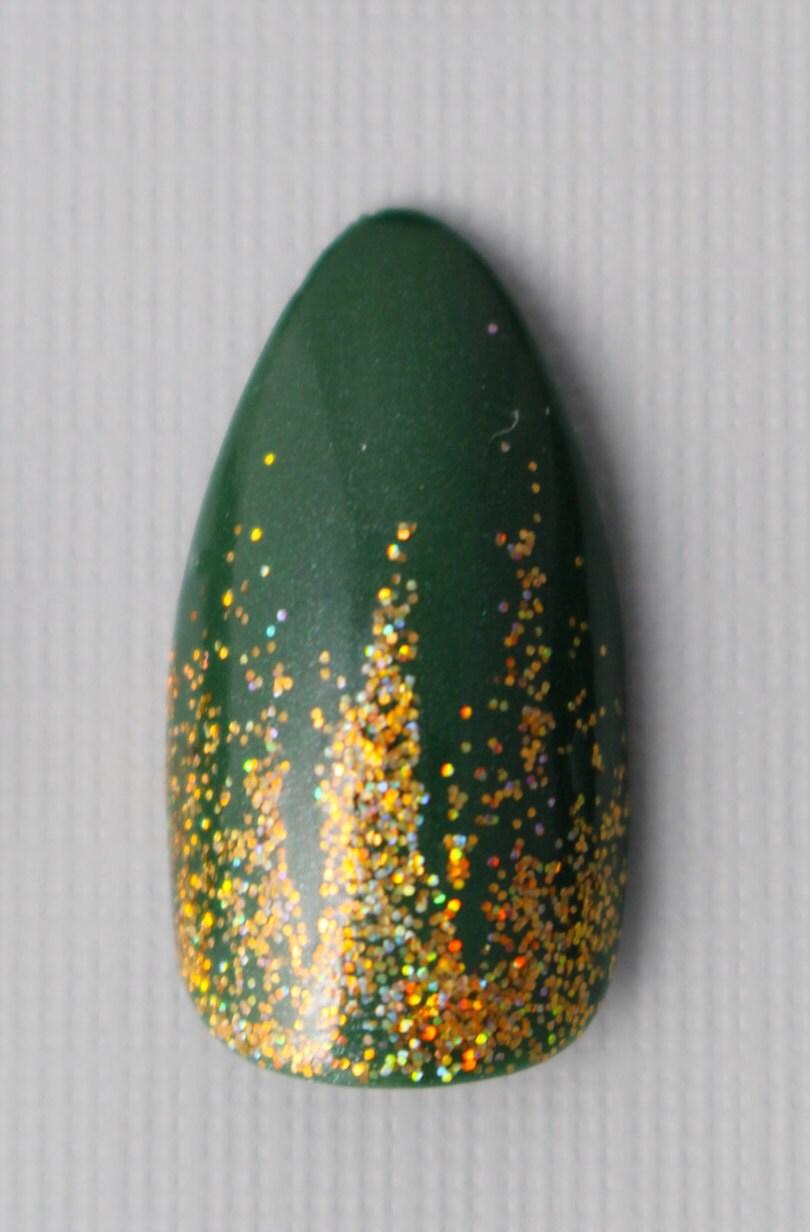 Almendra verde oliva y oro Holo acento uñas | Pulse en las uñas ...