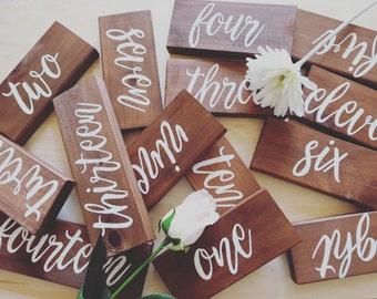 Mariage de numéros de table. Numéros de Table en bois. Numéros de Table de pièce maîtresse de décoration de mariage rustique.