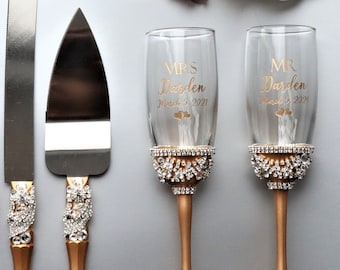 Personalized Flutes and Cake cutting Set, wedding gift anniversary, Personalized flutes for Bride and groom, Wedding cake knife and glasses