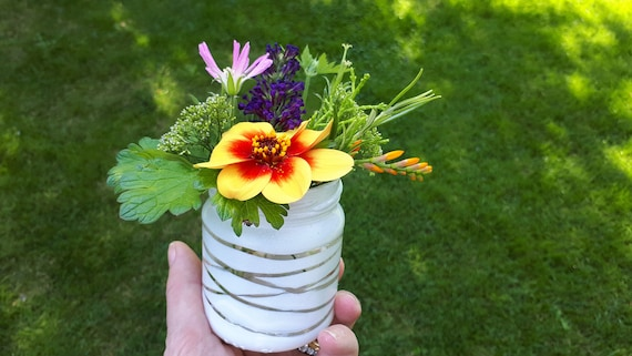 Video download: upcycle your jam jar flowers with spray paint