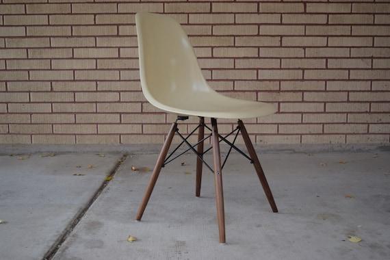 Original Charles Eames White fiberglass Side Chair by Herman Miller wbase