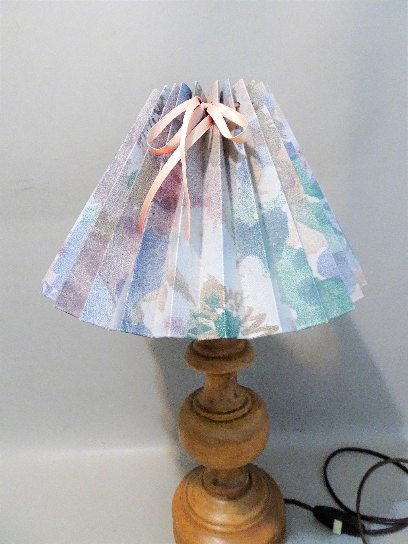 Vintage tavolo lampada  Brown Wooden Base con Pliseé Hood