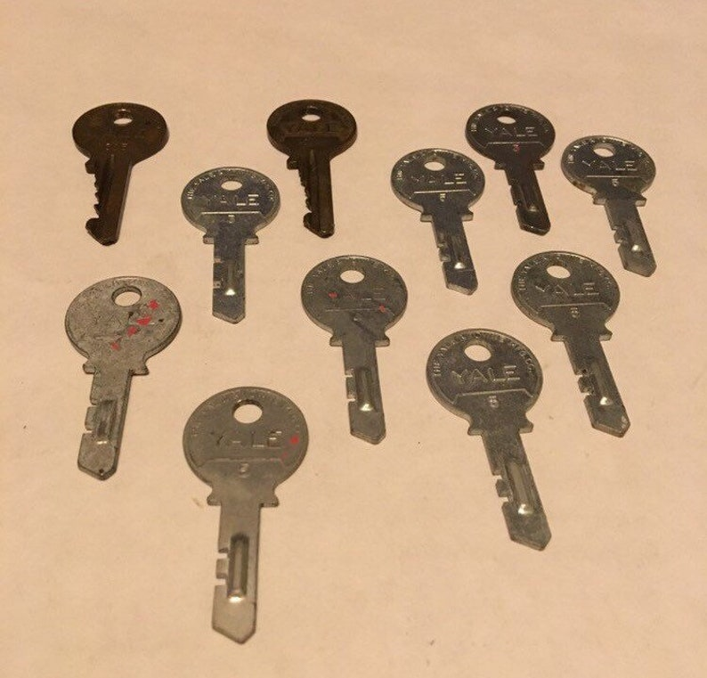 upcycling unique designs. 11 keys perfect for steampunk Vintage YALE Keys