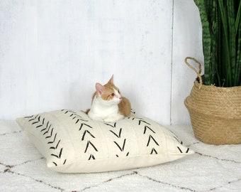Weiße Baum Pet Bett || Katze Hund Bett afrikanische Schlamm Tuch Creme schwarzen Pfeil Druck geometrische Bogolan Bio-Baumwolle Hand gewebte Kissen