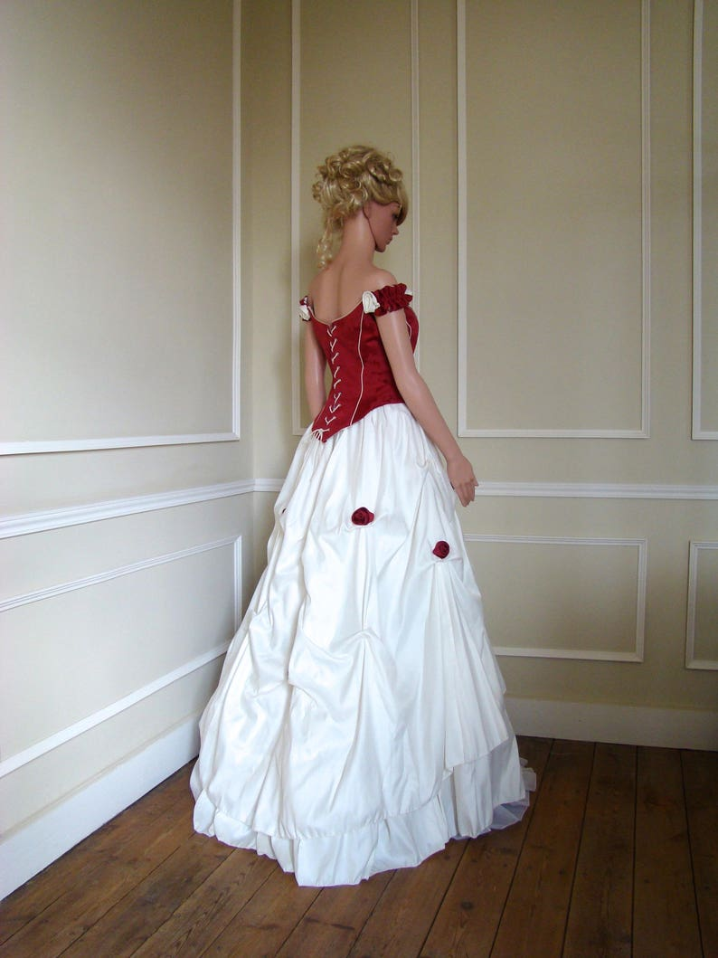 38dd0715de7 Robe de mariée bustier rouge bordeaux et jupe blanche avec son
