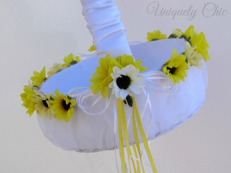 Matrimonio Fiori Girasole : Gli anelli di nozze su di un fiore di un girasole gioielli di