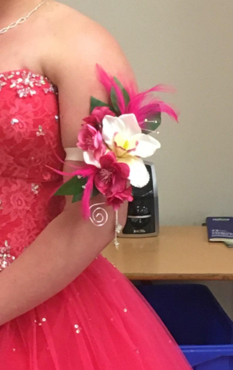 reputable site d0d30 f268d Heiße rosa Corsage - Orchidee-Arm-Blumenstrauß für Brautjungfern,  Absolventen. Kirschrot Feder Strass Seide Arm Federn für besondere Anlässe