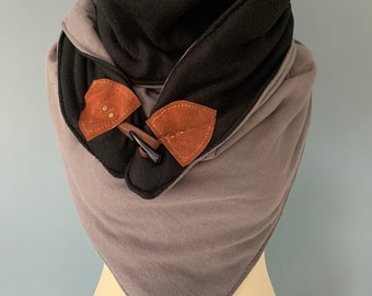 Three-point scarf cover cloth with wood-string closure