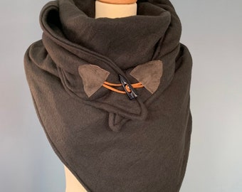 Large three-point XXL triangle scarf shawl with wooden string closure