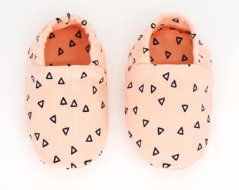 "Babies & Minis ""Salmon pink""-cute baby shoes in cotton-jersey in salmon-pink with triangular print-crawling shoes for babies"