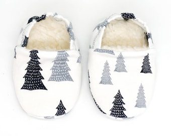 "babies&minis ""snow tree"" - cute baby booties in organic cotton jersey by elvelyckan design with grey fir trees - crawling shoes babies"