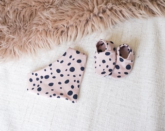"""babies&minis """"rose dots"""" set - baby booties and triangle cloth - made of cotton jersey"""