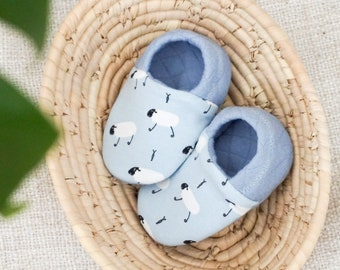 """babies&minis """"blue sheeps"""" - cute reversible baby booties made of quilted fabric in blue with sheep-crawling shoes for babies"""