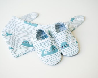 """babies&minis """"Baby seals"""" set - baby shoes and triangular scarf - made of cotton jersey"""
