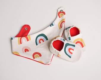 """babies&minis """"rainbows"""" set - baby booties and triangle cloth - made of cotton jersey"""
