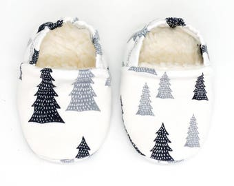 """babies&minis """"snow tree"""" - cute baby booties in organic cotton jersey by elvelyckan design with grey fir trees - crawling shoes babies"""